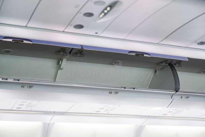 A bagagem da cabine no avião foto de stock royalty free