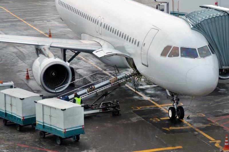 Bagagem da carga no plano Equipamento especial no aeroporto foto de stock