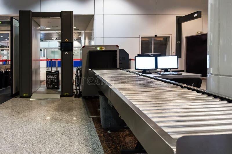 Bagagem de mão da varredura no terminal de aeroporto imagens de stock