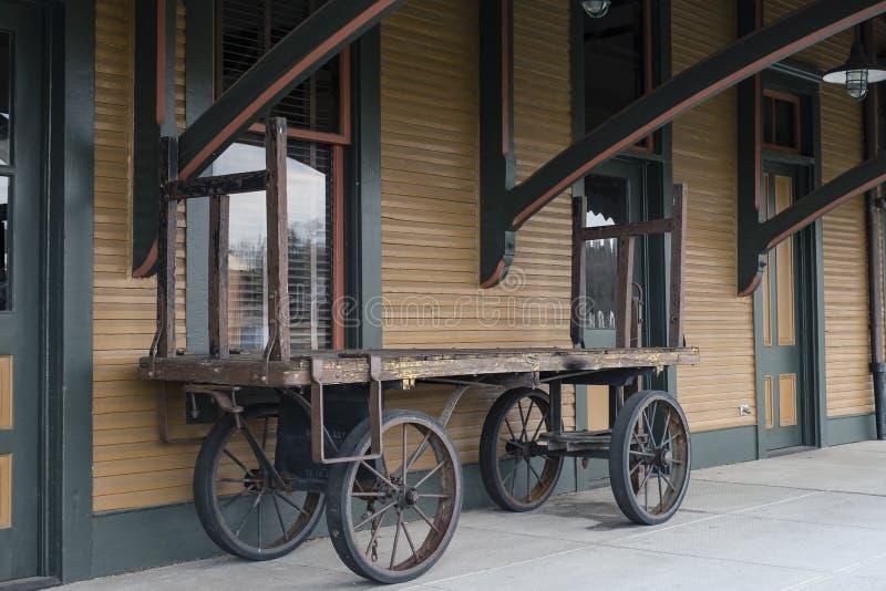 Bagagem do trem e carro velhos da carga no estação de caminhos-de-ferro imagem de stock