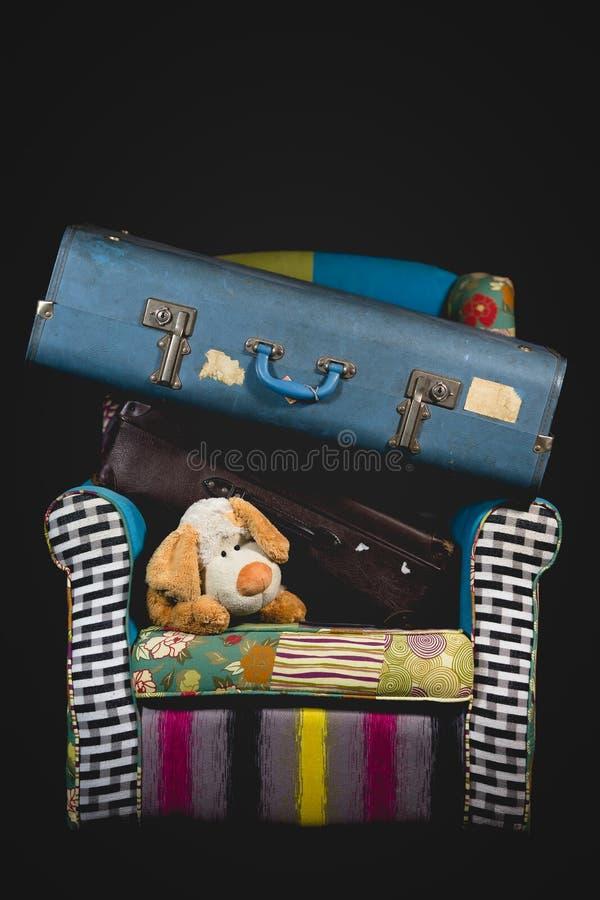 Bagagem e mala de viagem na cadeira da sala de visitas fotos de stock