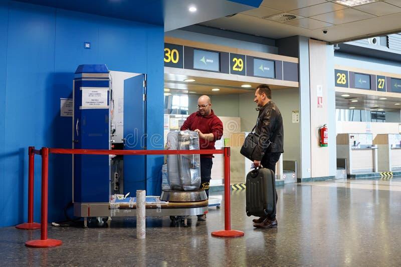 A bagagem envolvida dentro adere-se filme fotografia de stock