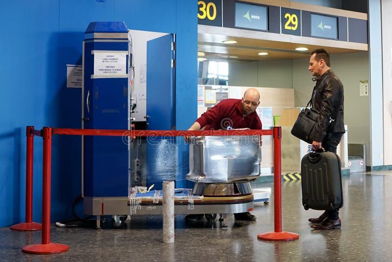 A bagagem envolvida dentro adere-se filme fotografia de stock royalty free