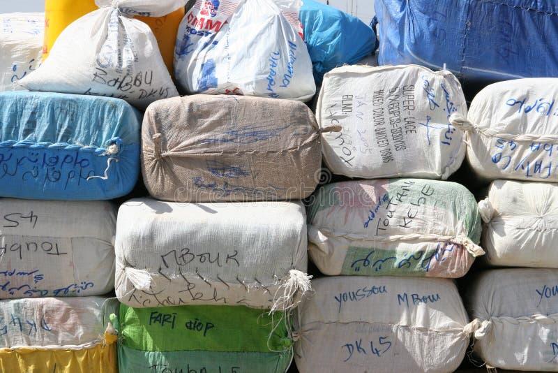 Bagagem que espera para ser carregado em uma balsa em África fotos de stock