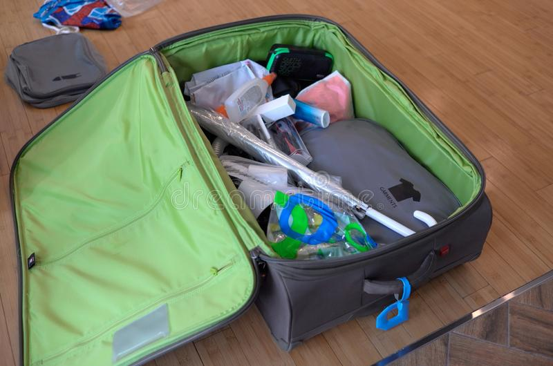 Bagages ouverts avec des substances pour des vacances d'été photo libre de droits