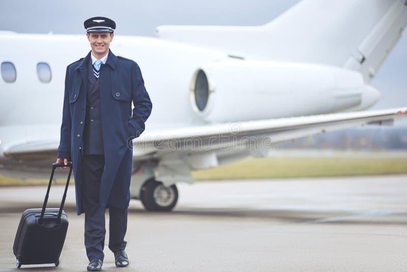 Bagages se tenants pilotes sortants dans le bras photo libre de droits