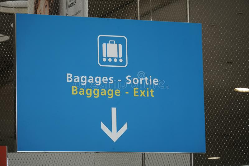 Bagages - signe de sortie photographie stock libre de droits