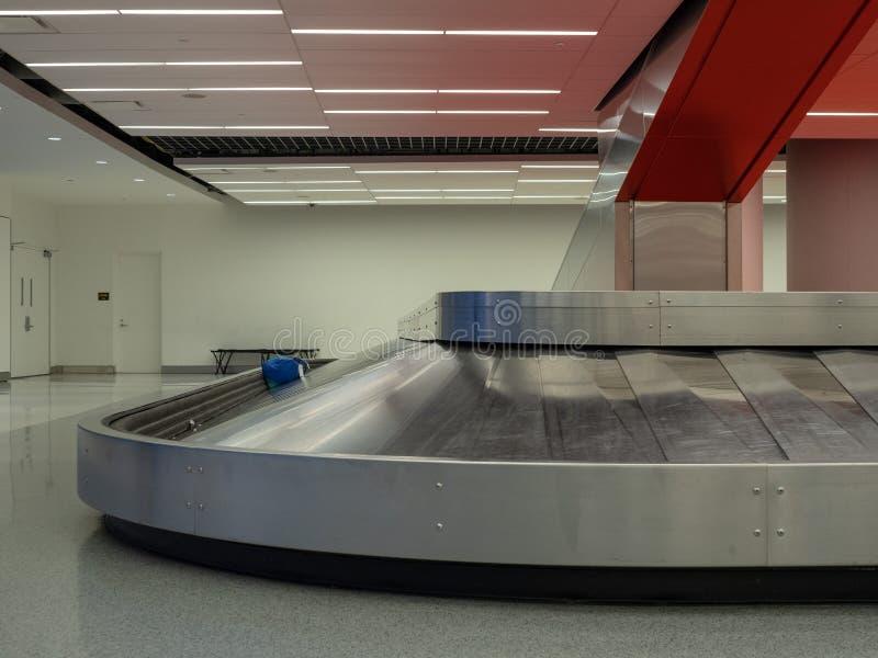 Bagagesammanträde på karusell för bagagereklamation i flygplats royaltyfria bilder