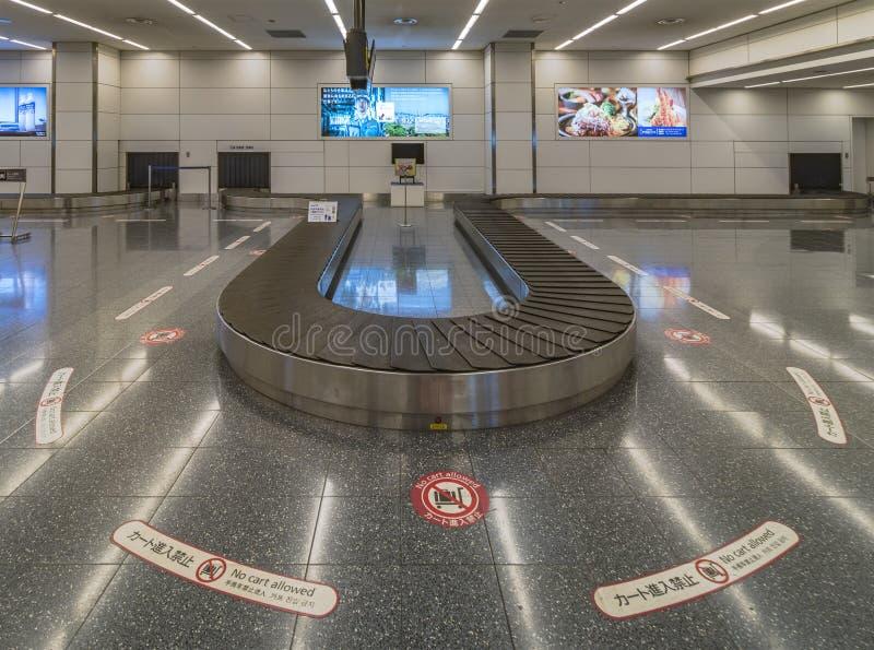 Bagagetredmolen in de aankomstzaal van Haneda Luchthaven in Tokyo stock afbeeldingen