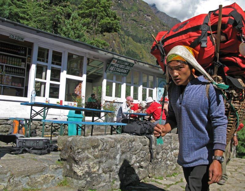 Bagagiste népalais à la loge de l'Himalaya photos stock