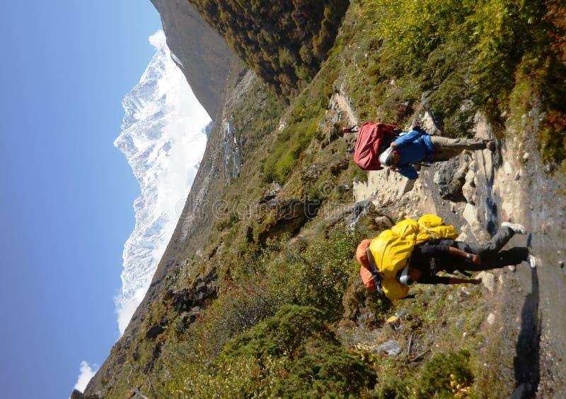 Bagagistes de Nepali dans le journal d'Everest images stock