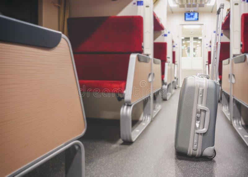 Bagagli con il trasporto di viaggio del treno del sedile del treno fotografie stock libere da diritti