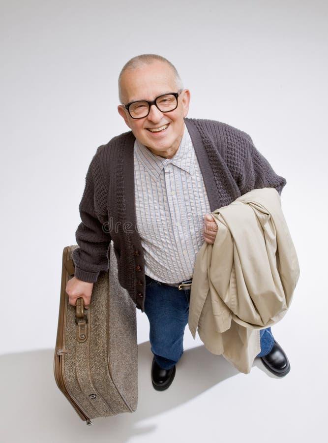 Bagagli e cappotto della holding dell'uomo fotografie stock libere da diritti