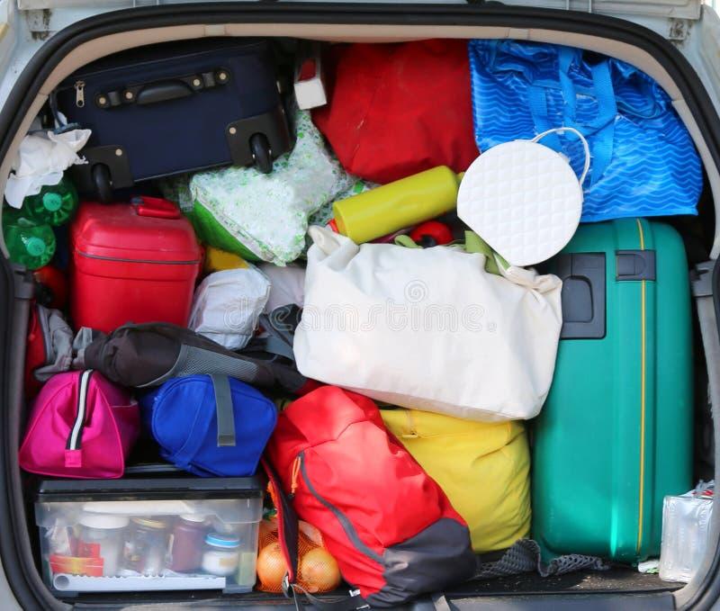bagagli nell'automobile di famiglia prima del viaggio lungo di festa fotografia stock