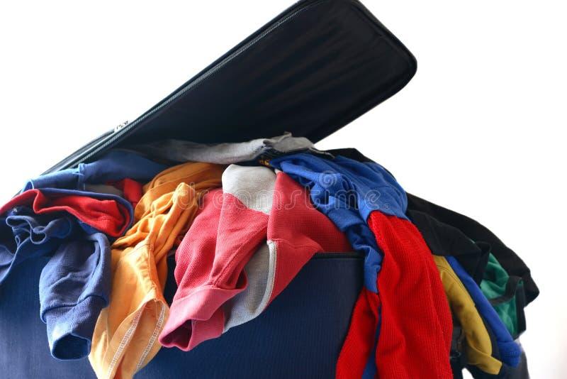 Bagagli overstuffed ed imballaggio per viaggiare fotografie stock libere da diritti