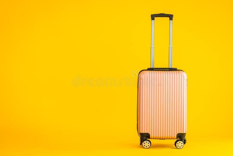 Bagaglio rosa a colori o sacchetto bagagli utilizzato per il trasporto fotografia stock