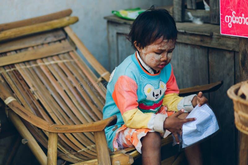 Bagan,缅甸- 2014年2月21th日:年轻亚洲缅甸语画象  免版税库存照片