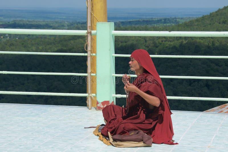 Bagan,缅甸- 2015年10月:祈祷在登上的Popa塔翁Kalat修道院里的修士 免版税库存图片