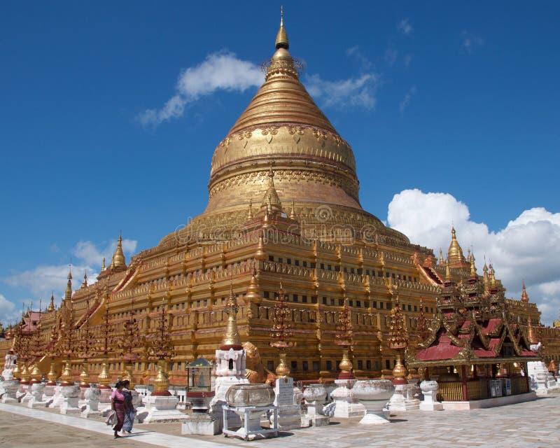 Bagan,缅甸- 2015年10月:崇拜者参观了Shwezigon塔 库存照片