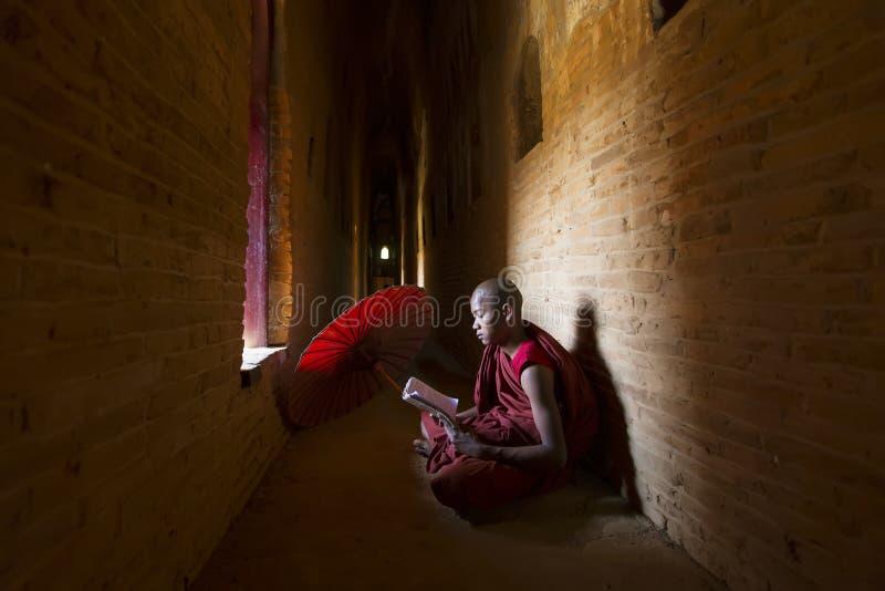 BAGAN,缅甸- 2015年2月20日:未认出的佛教初学者 免版税库存图片