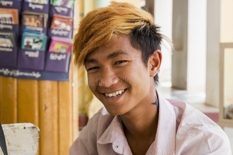 BAGAN,缅甸2015年3月-15 :有橙色头发的缅甸年轻人 Bagan 库存图片