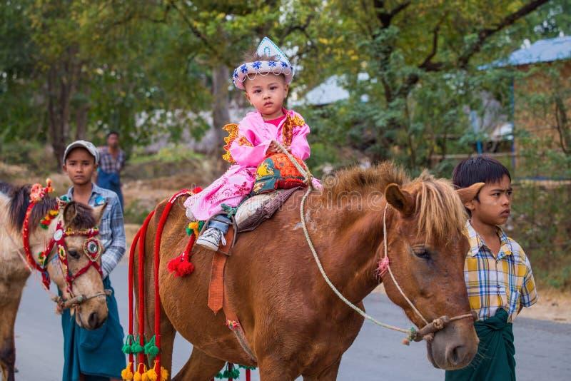 Bagan, το Μιανμάρ: Παιδί του Μιανμάρ Unidentify στην πομπή φεστιβάλ στοκ φωτογραφία