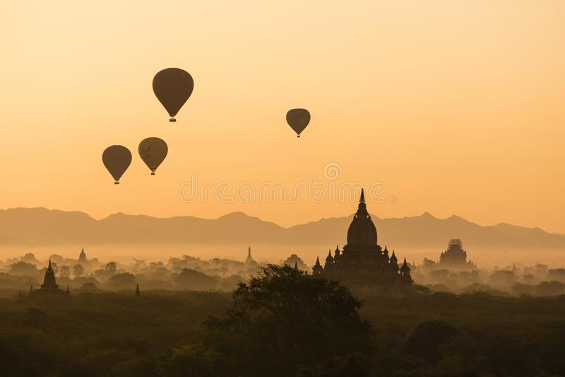 BAGAN, ΤΟ ΜΙΑΝΜΆΡ, ΣΤΙΣ 2 ΙΑΝΟΥΑΡΊΟΥ 2018: Φυσική ανατολή πέρα από τους αρχαίους ναούς Bagan στοκ εικόνα με δικαίωμα ελεύθερης χρήσης