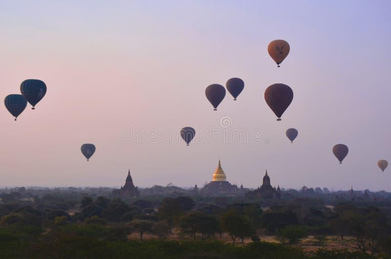 BAGAN, ΤΟ ΜΙΑΝΜΆΡ - 15 ΦΕΒΡΟΥΑΡΊΟΥ 2016: Μπαλόνια αέρα που πετούν πέρα από τους ναούς και τις παγόδες σε Bagan στοκ φωτογραφία