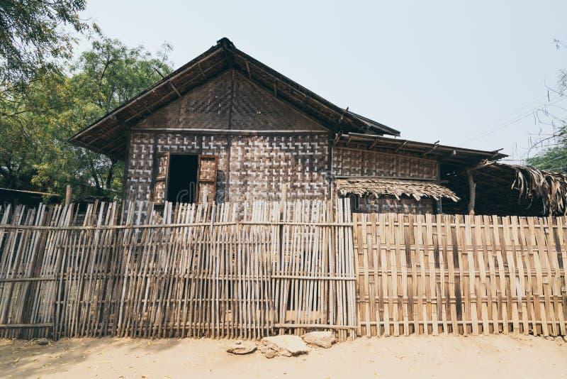 Bagan, Мьянма - март 2019: деревенская бамбуковая хижина в деревне Bagan стоковые фотографии rf