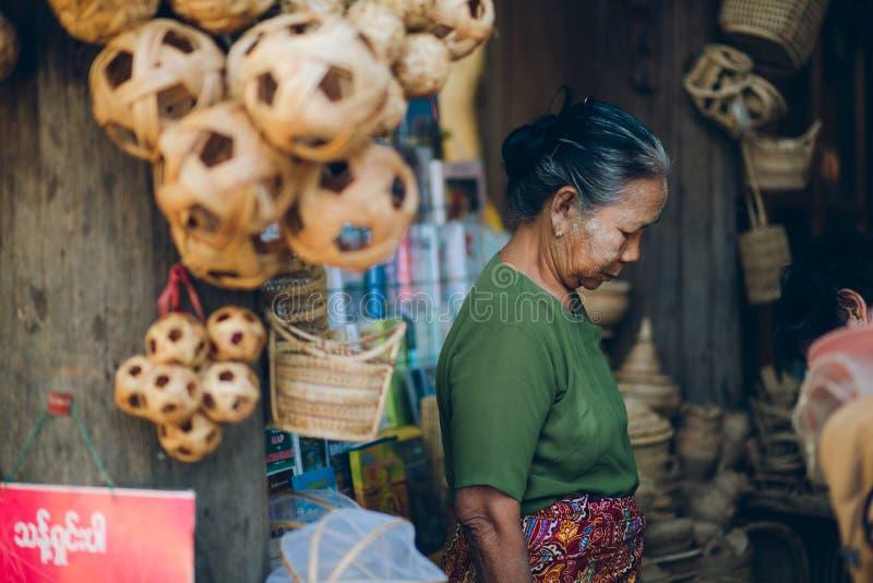 Bagan, Мьянма - 21-ое февраля 2014: Портрет молодого азиатского бирманца стоковая фотография
