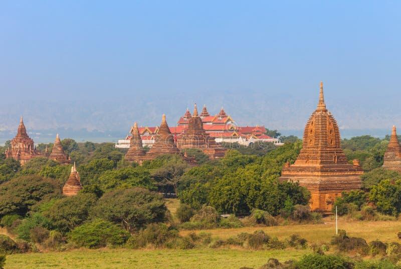 Bagan Archaeological Museum och buddistiska tempel royaltyfria bilder