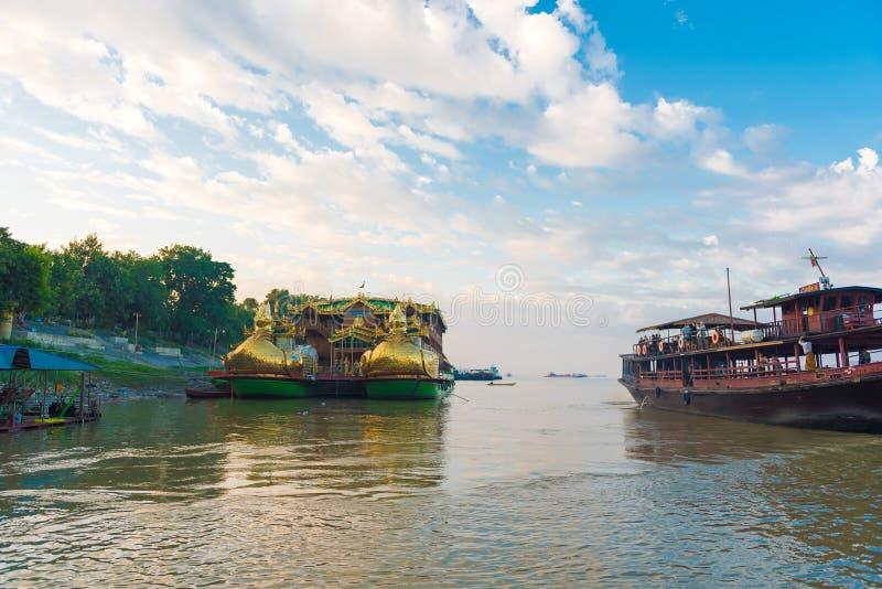 BAGAN, MIANMAR - 1° DICEMBRE 2016: Barca turistica sul fiume di Irrawaddy in Bagan, Myanmar fotografia stock