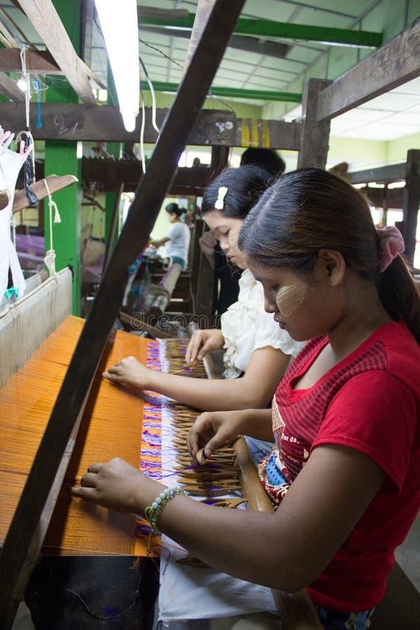 Bagan, Myanmar - 24 de julho de 2014: As senhoras burmese locais estão fazendo c fotos de stock royalty free