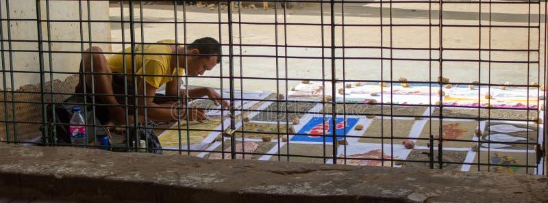 Bagan, Myanmar - 23 de julho de 2014: O pintor local está sentando-se e dor imagem de stock