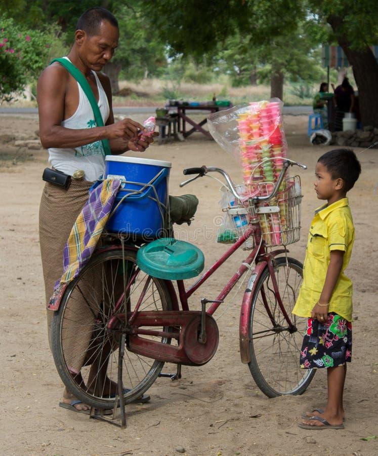 Bagan, Myanmar - 23 de julio de 2014: Un muchacho burmese está esperando el suyo imagen de archivo libre de regalías