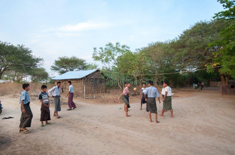 BAGAN, MYANMAR - 3 de maio de 2013 - trabalhadores do templo jogam um jogo de bola imagem de stock royalty free