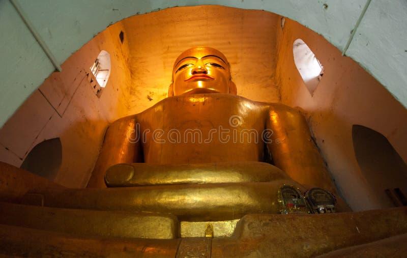 BAGAN, MYANMAR - 4 DE MAIO: Estátua da Buda dentro do pagode antigo fotos de stock royalty free