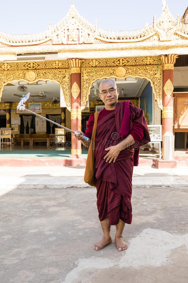 Bagan Myanmar, December 29, 2017: Buddist med selfiepinnen royaltyfri foto