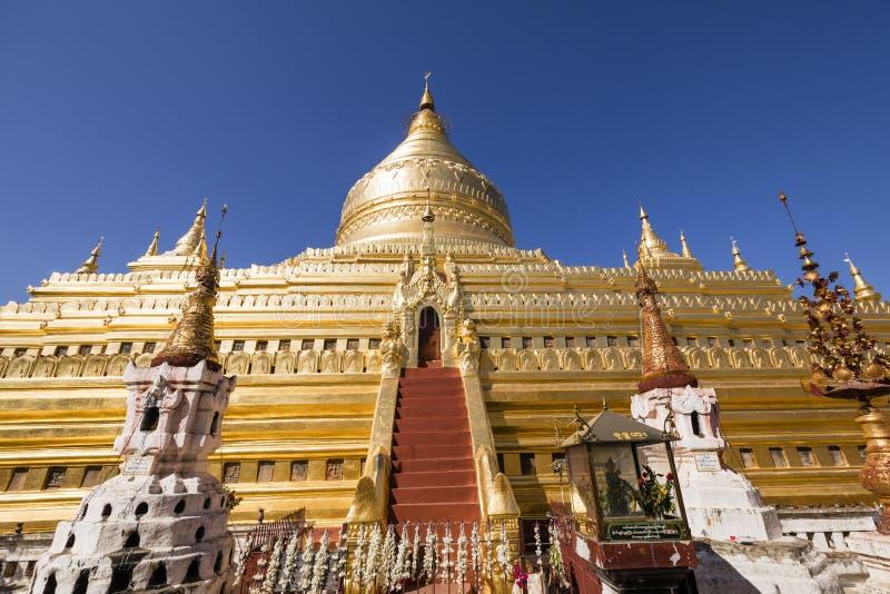 Bagan Myanmar, December 29, 2017: Den Shwezigon pagoden i Bagan royaltyfri bild