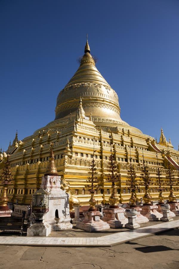 Bagan Myanmar, December 29, 2017: Den Shwezigon pagoden i Bagan arkivbilder