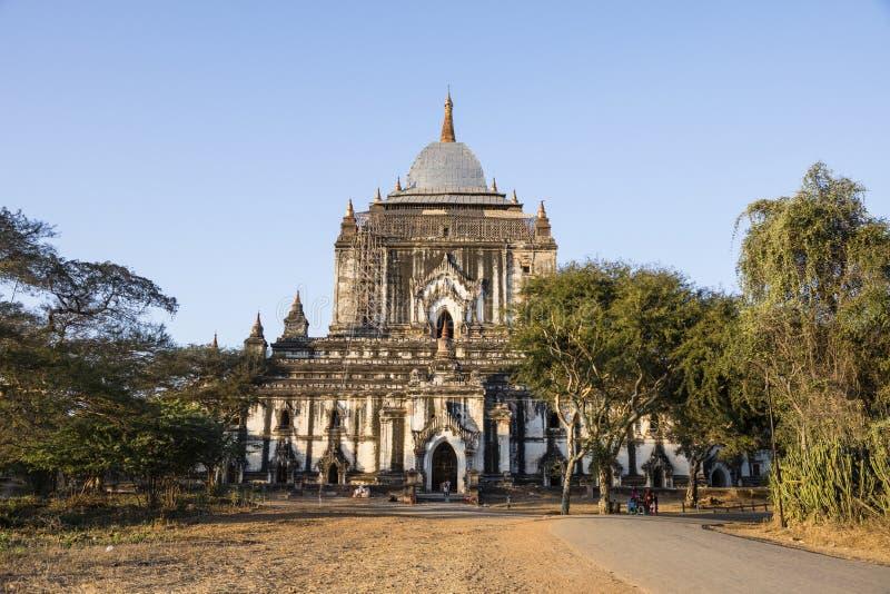 Bagan Myanmar, December 29, 2017: Efter en jordskalv en skadad gammal pagod fotografering för bildbyråer