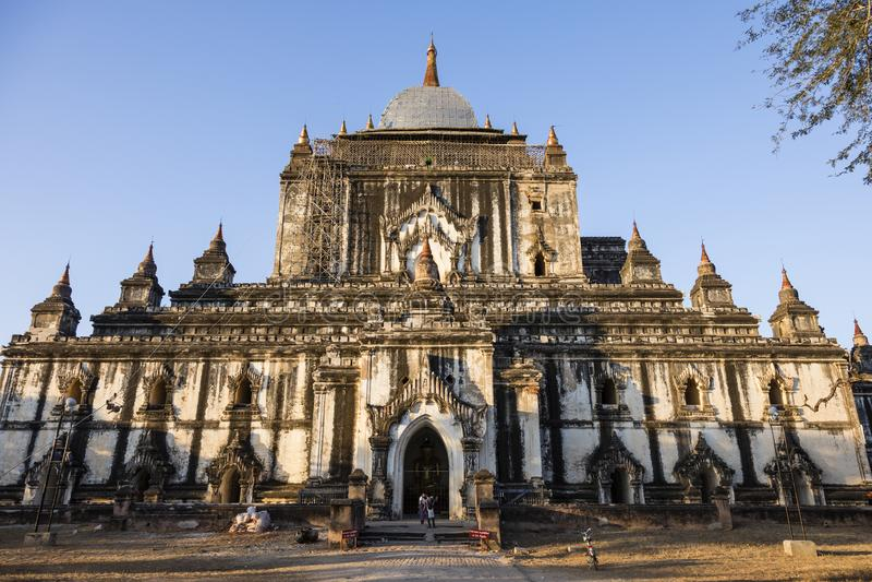 Bagan Myanmar, December 29, 2017: Efter en jordskalv en skadad gammal pagod arkivfoto