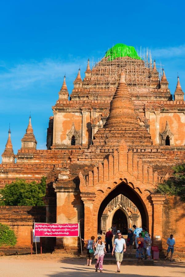 BAGAN MYANMAR - DECEMBER 1, 2016: Sikt av den buddistiska templet fotografering för bildbyråer