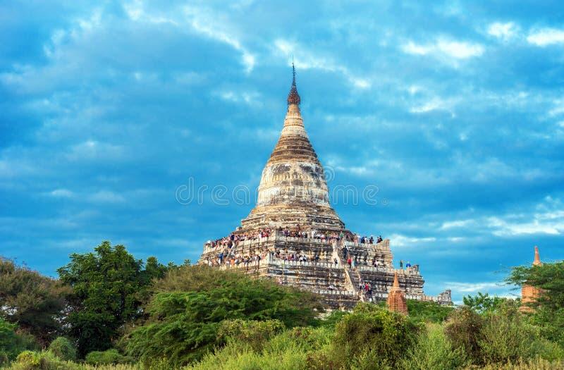 BAGAN MYANMAR - DECEMBER 1, 2016: Sikt av den forntida Shwesandaw pagoden Kopiera utrymme för text royaltyfri foto
