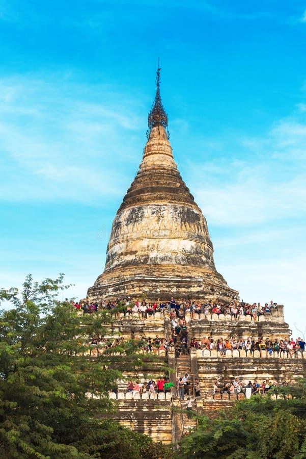 BAGAN MYANMAR - DECEMBER 1, 2016: Sikt av den forntida Shwesandaw pagoden Kopiera utrymme för text vertikalt arkivfoto