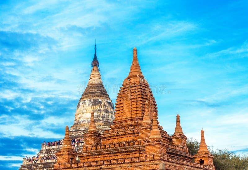 BAGAN MYANMAR - DECEMBER 1, 2016: Sikt av forntida pagoder Kopiera utrymme för text royaltyfria foton
