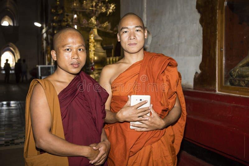 Bagan Myanmar, December 29, 2017: Stående av två buddistiska munkar arkivfoto