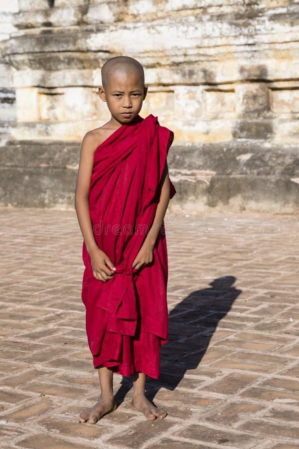 Bagan Myanmar, December 29, 2017: Ung buddistisk novis arkivfoton