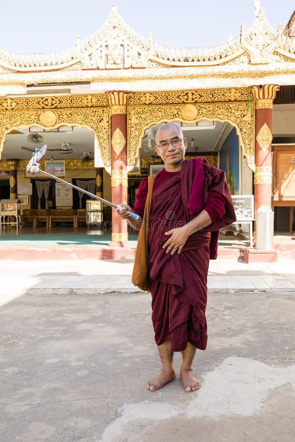 Bagan, Myanmar, el 29 de diciembre de 2017: Budista con el palillo del selfie foto de archivo libre de regalías