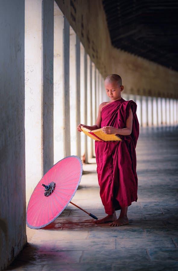 Bagan, Myanmar, el 9 de diciembre de 2017: Monje budista joven le del novato imágenes de archivo libres de regalías